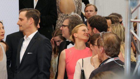 """Wahre ungestellte Liebe? Preisträgerin Jördis Triebel (Beste Hauptdarstellerin für """"Westen"""") und ihr Matthias Weidenhöfer."""