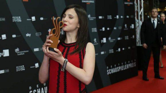 """Festlicher als für gewöhnlich im """"Tatort"""" und augenscheinlich glücklich über ihren Preis als beste Schauspielerin in einer komödiantischen Rolle: Aylin Tezel."""