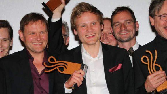 Beim Deutschen Schauspielerpreis wurden von einer mit Schauspielern besetzten Jury Stars der Branche ebenso ausgezeichnet wie neue Gesichter. Beim großen Finale auf der Bühne im Zoo Palast stand der mit dem Nachwuchspreis ausgezeichnete Anton Spieker (Mitte) neben Devid Striesow (l.).