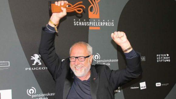 """Der fleißige Autor Fred Breinersdorfer wurde angesichts seiner zahlreichen Vorlagen mit dem Ehrenpreis """"Inspiration"""" ausgezeichnet."""
