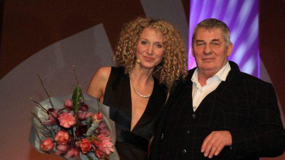 Im Theater des Westens wurde der Deutsche Schauspielerpreis 2014 verliehen - quasi die Auszeichnung der Schauspieler-Gewerkschaft. Es moderierte Aline von Drateln - hier auf der Bühne mit Schauspieler Heinz Hoenig.
