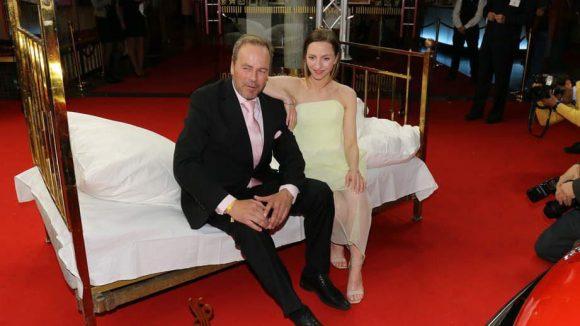 """Diese beiden landeten irgendwie zusammen im Bett: Laudatorin Katharina Schüttler und Till Demtroeder, der stellvertretend den Preis für Francis Fulton-Smith für """"Die Spiegel-Affäre"""" in Empfang nahm."""