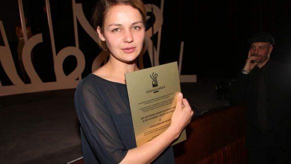 """Den Ensemble-Preis für """"Ein Geschenk der Götter"""" nahm Luise Heyer stellvertretend entgegen."""