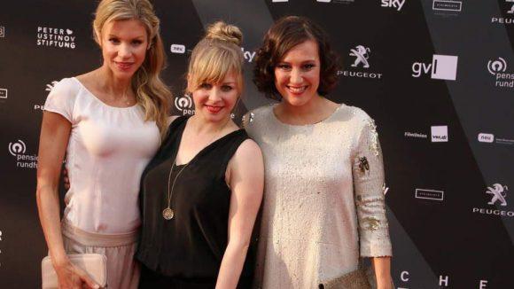 """... die Schauspielerinnen Nina Gnädig (l.) und Jasmin Schwiers (M.) mit Bärbel Stolz, die als """"Prenzl'Schwäbin"""" im Internet bekannt wurde ..."""