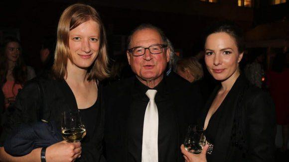"""Zwischen den Kolleginnen Stephanie Stremler (l.) und Elisabeth-Marie Leistikow scheint sich Burghart Klaußner (""""Das weiße Band"""") wohlzufühlen."""