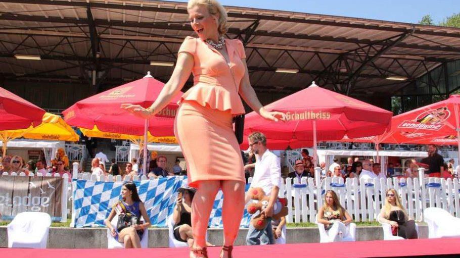 Gut gelaunt auf dem Laufsteg: Schauspielerin Eva Habermann war im Rahmen des 120. Deutschen Traber-Derbys auf der Trabrennbahn Mariendorf im Outfit der Designerin Cindy Morawetz von Dress2impress unterwegs.