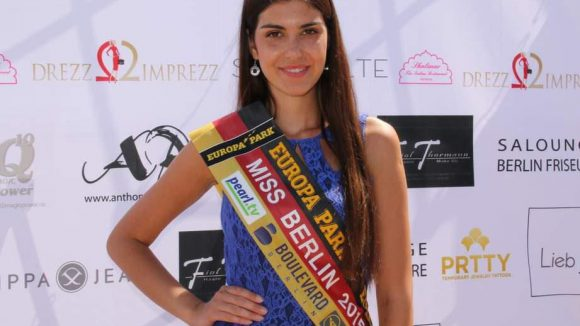 Auch eine Schönheitskönigin fehlte nicht: Die amtierende Miss Berlin, Klaudia Kojouharova.