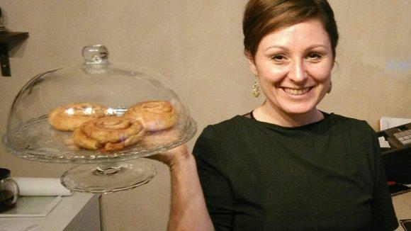 Klaudia Sczendzina ist für den Café-Bereich zuständig - hier präsentiert sie die Zimtschnecken. Doch es steht auch Deftiges auf der Karte.