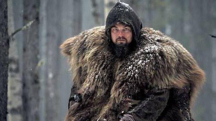 """Mit dem Outfit aus """"The Revenant"""" hätte Leo sicher gute Chancen ins Berghain zu kommen - und für den Oscar als bester Hauptdarsteller sieht es dieses Jahr auch nicht schlecht aus."""
