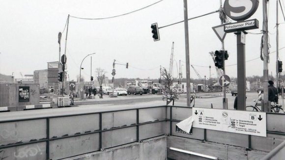 Potsdamer Platz, 1996. Kreuzung zwischen Potsdamer Platz und Leipziger Platz, von der Stresemannstraße aus gesehen. Links im Bildhintergrund sind die Reste des Hotels Esplanade zu erkennen.