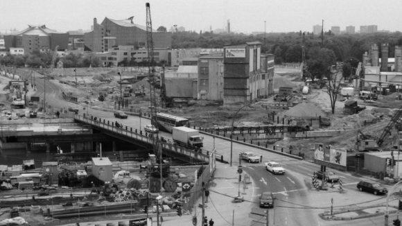 Potsdamer Platz, 1996. Blick von der Infobox auf die Großbaustelle Potsdamer Platz. Rechts die Relikte des Hotels Esplanade, die später ins Sony Center hineingebastelt wurden. Vorne links die mit Wasser gefüllte Baugrube für die unterirdischen Bahnanlagen. Im Hintergrund die Philharmonie von Hans Scharoun.