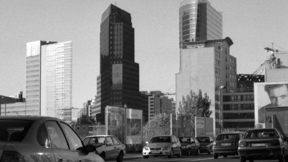 Voßstraße in Mitte, 1999. Aus dem Auto fotografiert. Über den Leipziger Platz hat man noch freie Sicht auf die neuen Hochhäuser am Potsdamer Platz.