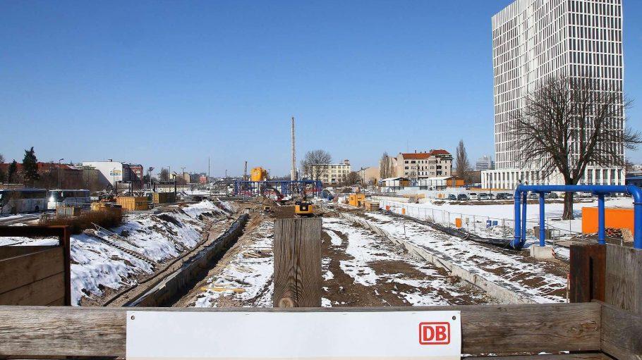 Die Baustelle. Die Arbeiter graben sich in der Nähe des Hauptbahnhofs durch den Berliner Boden.