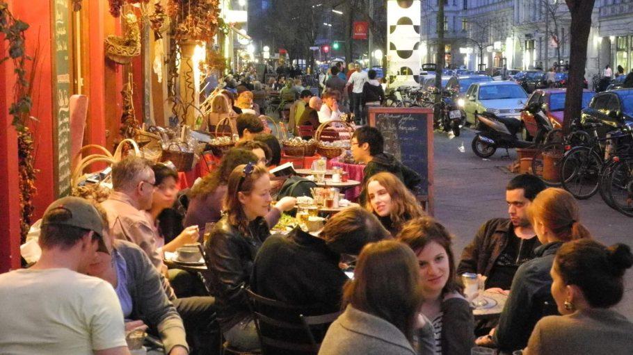 Die Bergmannstraße ist Tag und Nacht voller Leben.