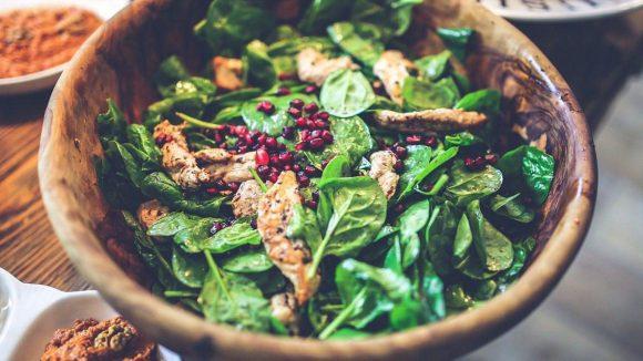 Wer mehr als nur einen gewöhnlichen Salat serviert haben möchte, kann sich sicher sein: Die folgenden Läden wissen, welche Zutaten es hierzu bedarf und bieten eine große Auswahl.