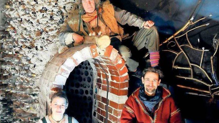 Die bunte Seite der Nacht. Die Mitglieder der Künstlergruppe Karmanoia vor den Resten ihres begehbaren Wunderlandes.