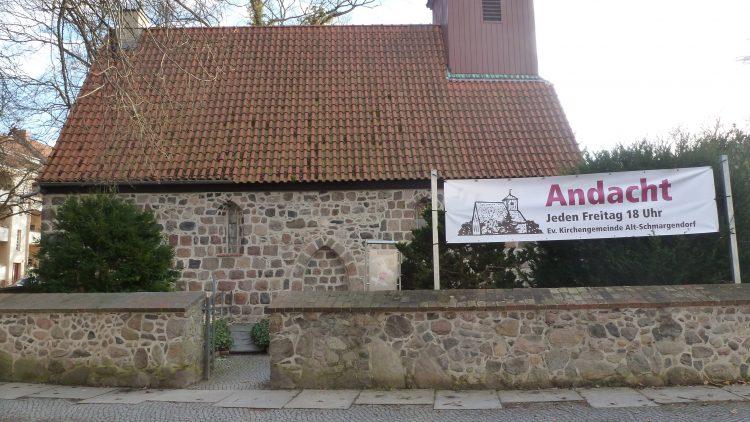Die Dorfkirche in Alt-Schmargendorf wird von den meisten Passanten kaum beachtet.