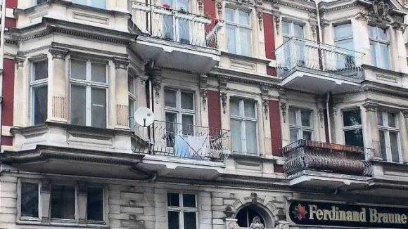 Die Fassade des Hauses Grunewaldstraße sieht intakt aus. Dahinter verbergen sich laut Bezirksamt kriminelle Machenschaften.