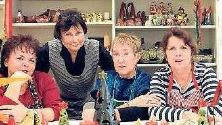 Füreinander da. Die Frauen von Schutzhülle e. V. hoffen wie die Mitarbeiterinnen Hannelore Schiemann (l.) und Sybille Schumann (r. h.) auf einen neuen Brennofen.