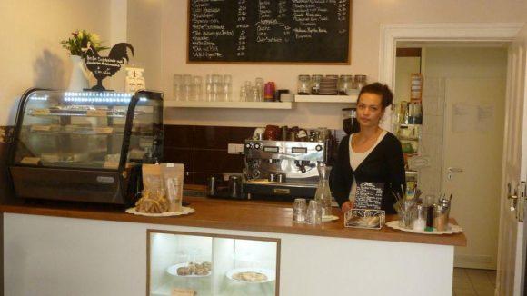 Inhaberin Nastassia Seidenstücker in ihrem kleinen Café.