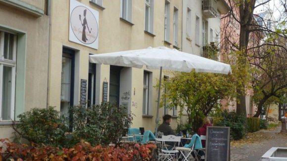 Ein paar Sitzplätze gibt's auch draußen auf der Bizetstraße.