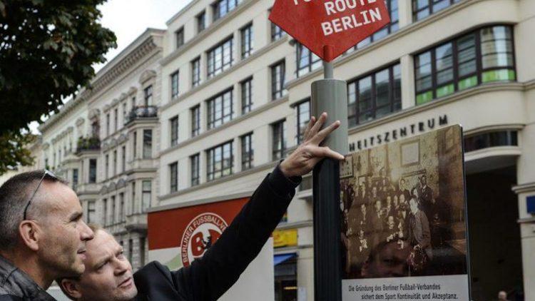 Die seit September 2014 bereits in der Bergmannstraße stehende Infotafel bekommt ab 29. Mai in vielen Berliner Bezirken Gesellschaft.