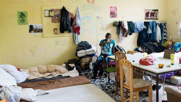 Die Klassenzimmer der ehemaligen Schule sind zum Flüchtlingslager umfunktioniert.