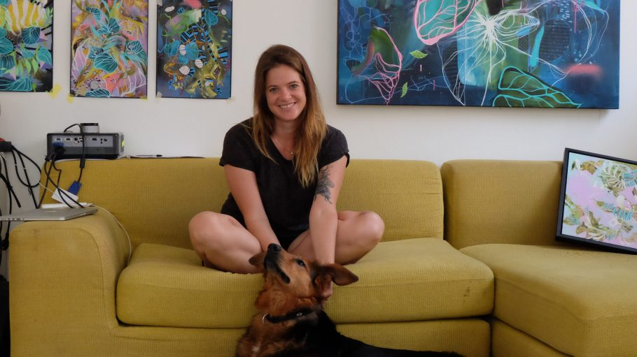 Wir sind begeistert von Julia Benz, ihren Bildern und natürlich ihrem süßen Hund! Das kreative Chaos haben wir fürs Foto ein wenig beiseite geräumt. ;)