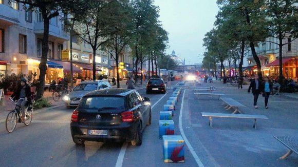 Die Maaßenstraße ist jetzt eine Begegnungszone – hier ein Blick in Richtung Nollendorfplatz. Viele Parkplätze verschwanden; prompt standen am Montagabend die ersten Autos im Halteverbot.