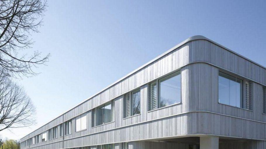 Nachhaltige Hülle. Die Fassade des Neubaus der Freien Universität ist mit kanadischer Zeder verkleidet – und grau lasiert, damit sie gleichmäßiger verwittert.