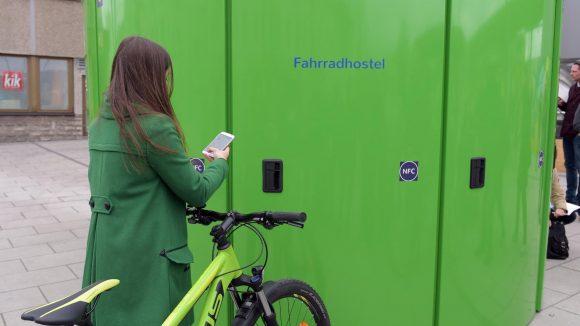 Mit dem Smartphone reservierst und öffnest du die Fahrradboxen am Bahnhof Lichtenberg.
