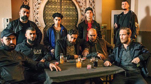 Vince (Frederick Lau, r. sitzend) trifft nach 15 Jahren wieder auf den arabischen Clan der Hamadys. Er will auch in deren Business aus Schutzgeld, Drogen, Prostitution und Glücksspiel einbezogen werden.