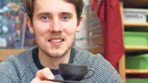Die Tassen, die Julian Lechner entwickelt hat, werden aus Kaffeesatz hergestellt, der dann irgendwann wieder in der Tasse landet.