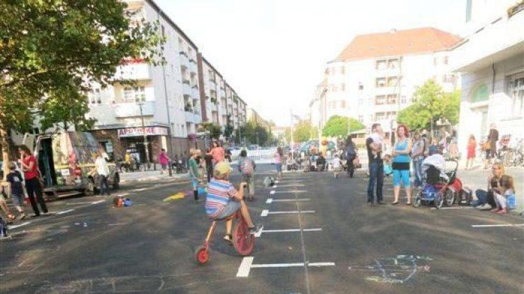 Eine Straße wird zum öffentlichen Spielplatz.