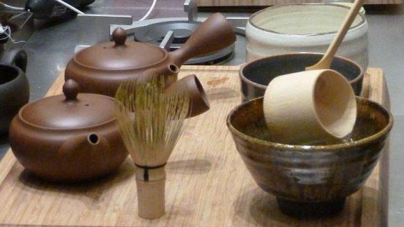 Die Zubereitung des Matcha mit speziellen Utensilien.