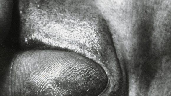 """Gesichter, Strukturen und fotografische Experimente zeigt gerade die Ausstellung """"Ein Foto kommt selten allein"""". Das Bild """"Canto Nr.1"""" von Dieter Appelt vereint all diese Elemente."""