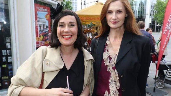 """Hutmacherin Fiona Bennett und Karina Krawczyk (rechts, """"Bang Boom Bang"""")."""