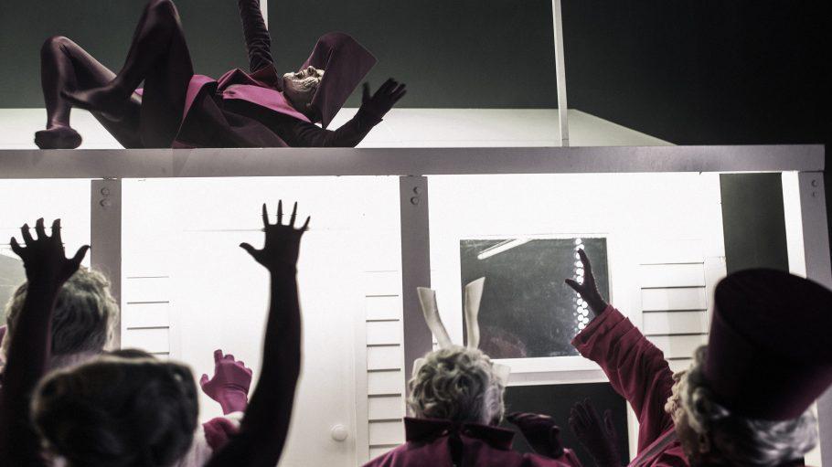 Graue Haare und purpurne Kostüme: Der Kostümbildner Jost Marx lässt die Figuren aussehen, als kämen sie aus einer antiken Zeit.