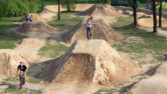 Das ist eine fertige Dirt-Bike-Strecke, wie auch die in Zehlendorf bald aussehen könnte.