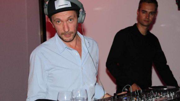 DJ Oliver Barduhn (l.) an den Plattentellern.
