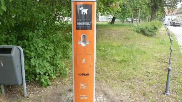 Dank der Farbgebung kaum zu übersehen: Eine von künftig zehn Dog Service Stationen in Marzahn-Hellersdorf.
