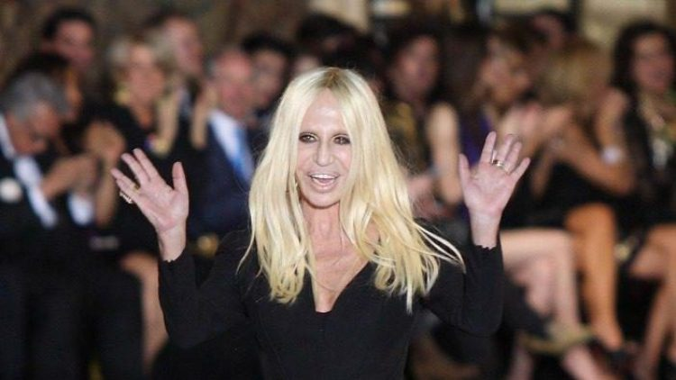 Auch Mode-Ikone Donatella Versace hat sich augenscheinlich für eine Straffung des Gesichts entschieden. Dabei kann man viel falsch machen ...