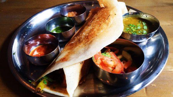 Steckt jedes Standardessen beim Inder in die Tasche: Die Dosa von Chutnify. Nur eine von zehn spannenden Gastroadressen im Kiez.