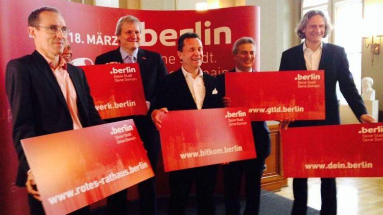 """Die feierliche Übergabe neuer """"Domains"""", mit dem Initiator und Geschäftsführer von dotBERLIN Dirk Krischenowski (ganz rechts), im Roten Rathaus."""