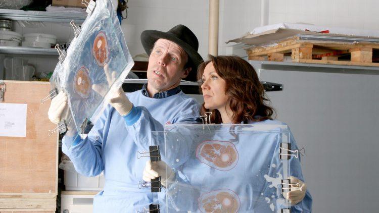 Dr. von Hagens und Dr. Whalley bei der Arbeit.
