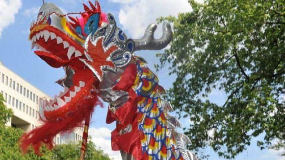 Der Drachentanz ist traditioneller Bestandteil des vietnamesischen Neujahrsfestes. Die bunten Figuren sind neben dem Tet-Fest auch jedes Jahr auf dem Karneval der Kulturen zu sehen.
