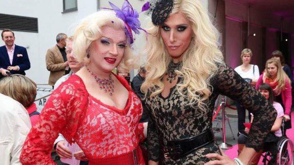 Die Drag Queens Sheila Wolf und Janka Kroft.