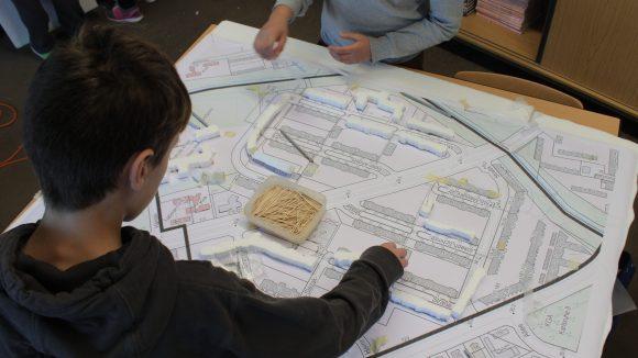 Schüler bauen ein maßstabsgerechtes Modell der High-Deck-Siedlung.