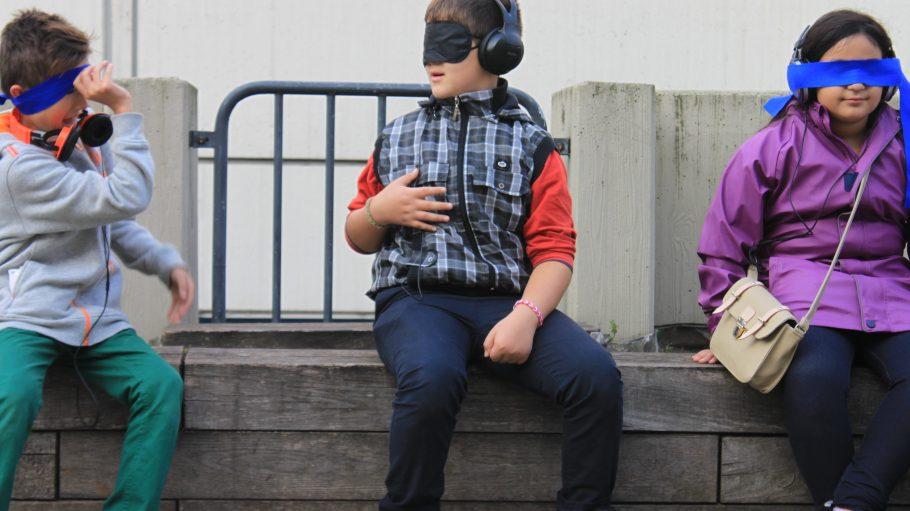 """Sound-Experiment in der High-Deck-Siedlung: Im Rahmen des Projekts """"Drei Meter Dreiunddreißig"""" setzen sich Neuköllner Kinder spielerisch mit ihrer Umgebung auseinander."""