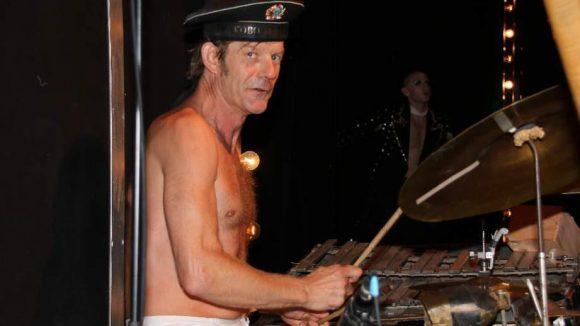 Der Drummer Moritz Wolpert.